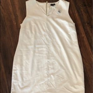 The limited white dress with pearl beads